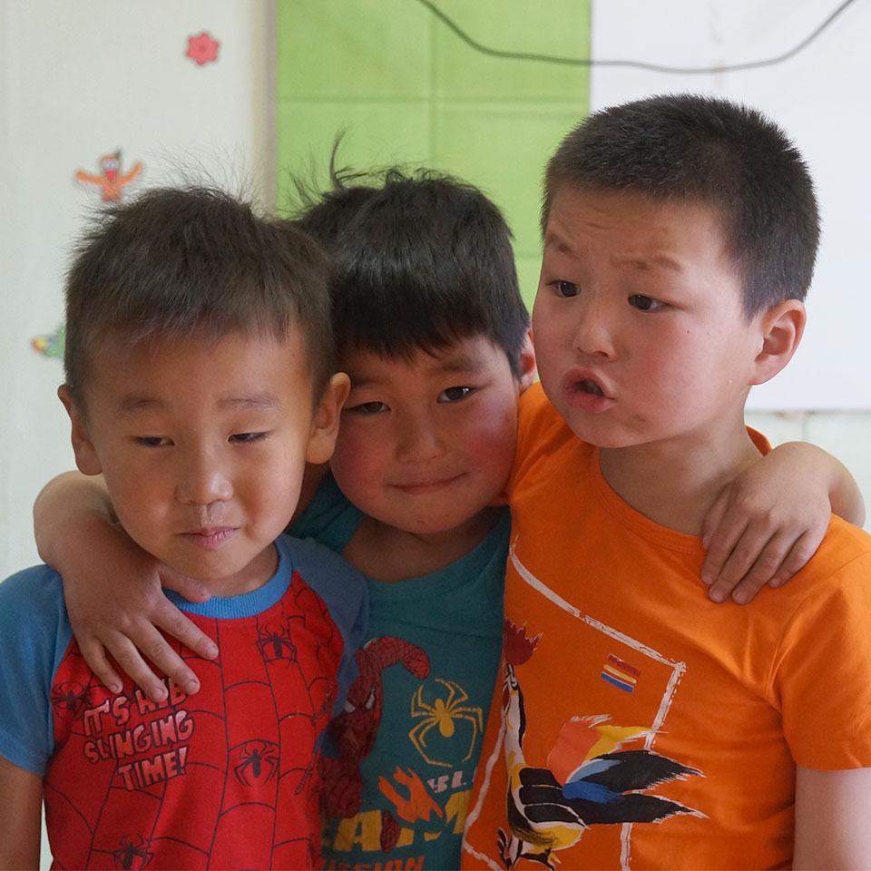 Durch Bildungsprogramme, individuelle Zahnbehandlungspakete und regelmäßige Routineuntersuchungen sorgt MKF für eine nachhaltige Verbesserung der Zahngesundheit und damit des Lebens dieser benachteiligten Kinder.